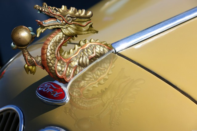 Hood-ornament Ford dragon