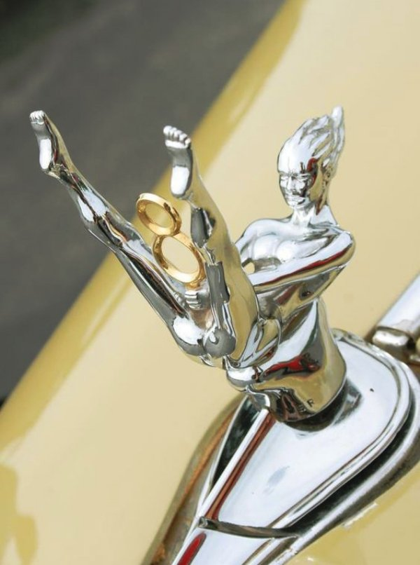 hood-ornaments dildo V8